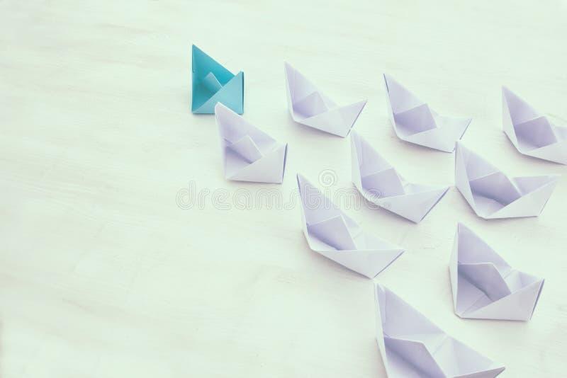 концепция руководства, следующие шлюпки голубой бумаги ведущие стоковые изображения rf