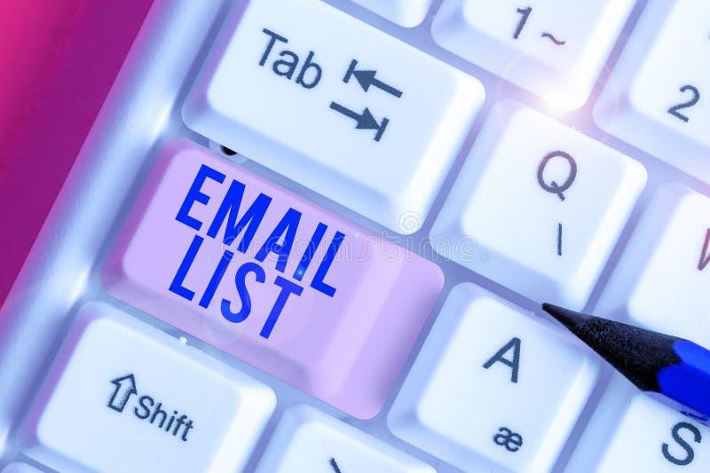 Концепция рукописного текста Email List означает широкое распространение информации среди аналитически настроенных пользователей  стоковая фотография rf