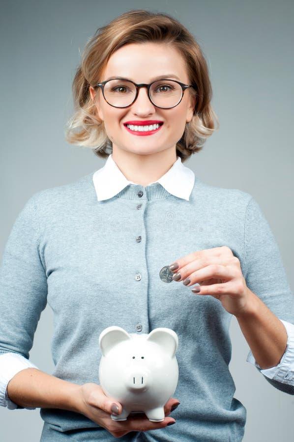 Концепция сбережений банк держа piggy женщину стоковая фотография rf