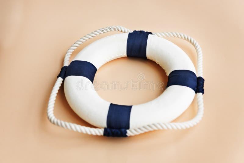 Концепция сейфа кольца веревочки спасения помощи флотирования Bouy стоковое изображение rf