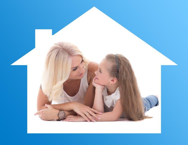 Концепция семьи - будьте матерью разговаривать с ее маленькой дочерью лежа o стоковое фото rf