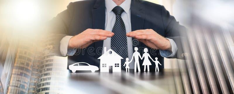 Концепция семьи, дома и страхования автомобилей; множественная выдержка стоковая фотография rf