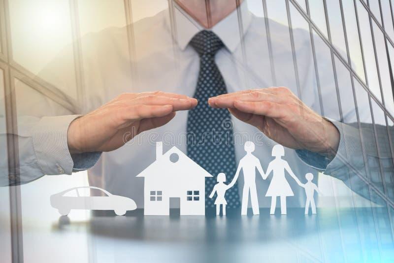 Концепция семьи, дома и страхования автомобилей; множественная выдержка стоковое изображение rf