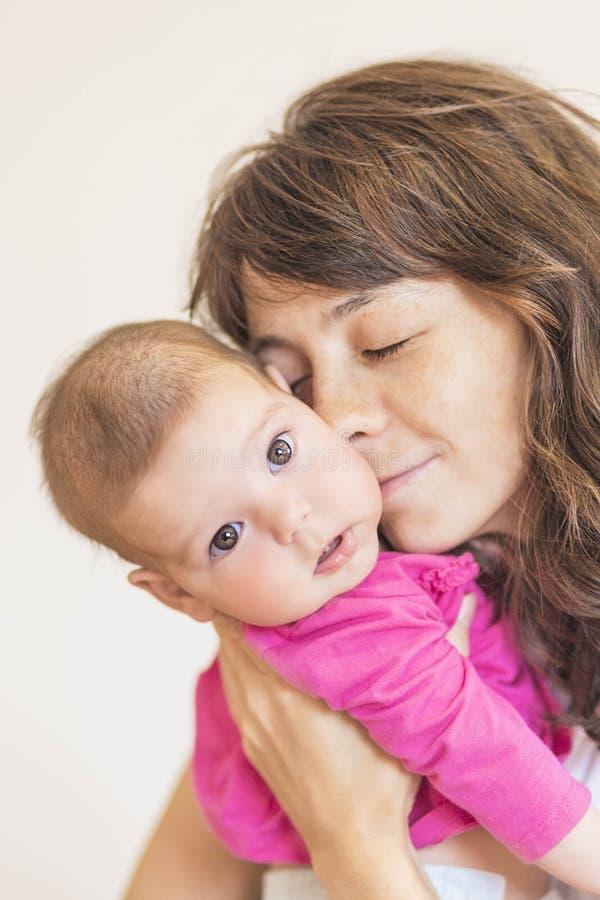 Концепция семьи: Портрет молодой матери позаботить о ее Litt стоковые изображения rf