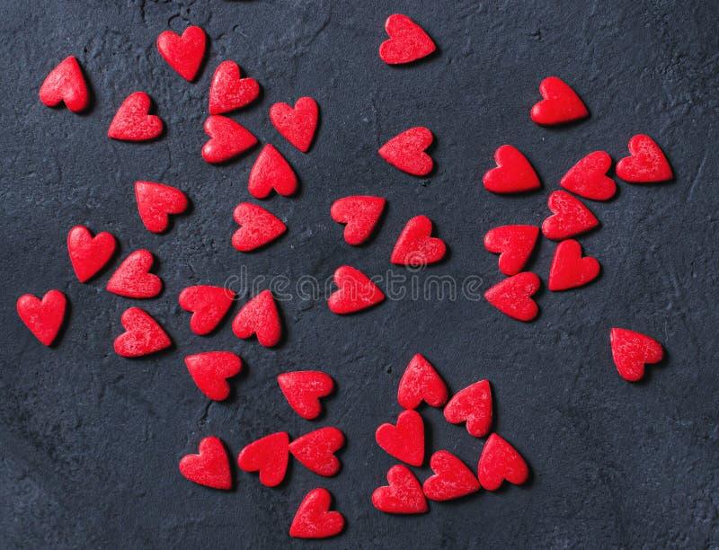 Концепция сердец дня Валентайн на темной каменной предпосылке стоковая фотография