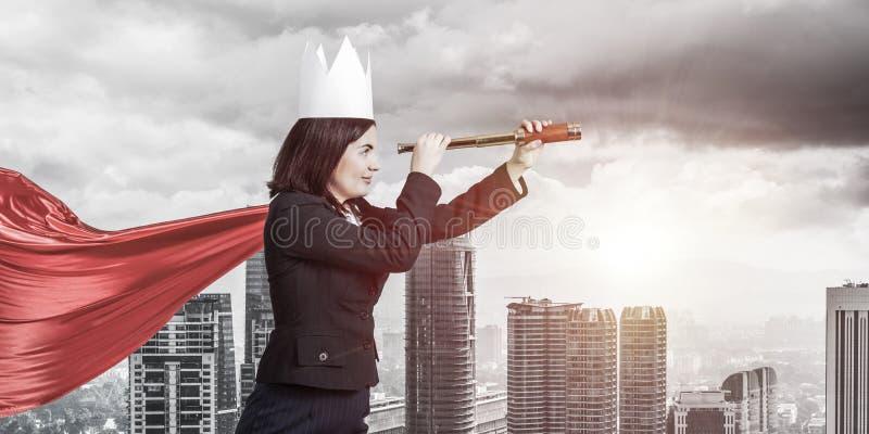 Концепция силы и успеха с супергероем коммерсантки в большом стоковое изображение