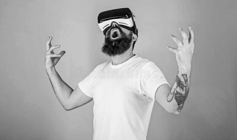 Концепция силы Хипстер на крича стороне поднимая руки мощно пока взаимодействующий в виртуальной реальности Человек с бородой в V стоковое фото