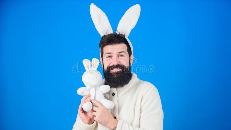 Концепция символа пасхи Ушей зайчика хипстера Гай предпосылка бородатых милых нежных длинных голубая Уважение к традиций Пасха стоковые фотографии rf