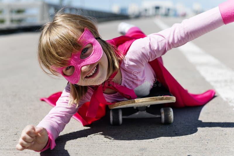 Концепция скейтборда катания маленькой девочки стоковые фото