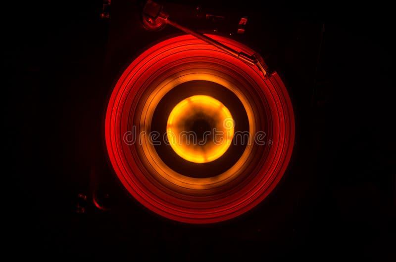 Концепция скорости - следа огня и дыма - показатель винила Горящий диск винила Игрок винила Turntable рекордный Ретро тональнозву стоковые изображения