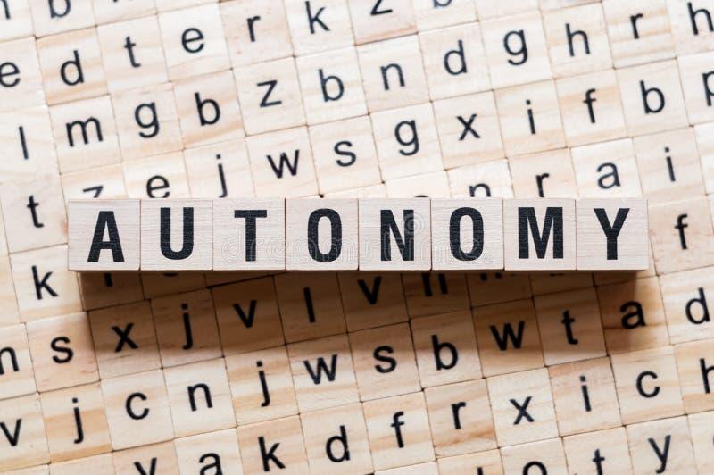 Концепция слова автономии на кубах стоковое фото