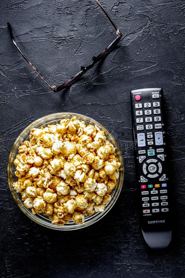 Концепция смотреть кино с предпосылкой темноты взгляд сверху попкорна стоковые фото