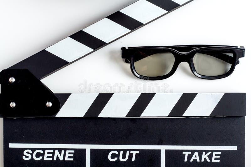 Концепция смотреть кино с предпосылкой белизны взгляд сверху попкорна стоковое фото rf