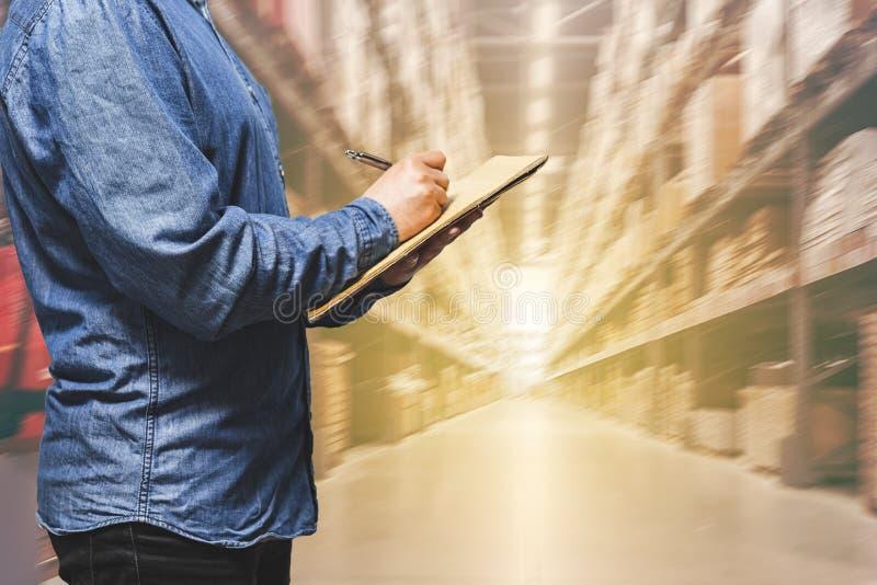 Концепция снабжения дела, менеджер бизнесмена принимая примечания во время проверки и контроля в складе - торговые снабжения скла стоковое фото rf