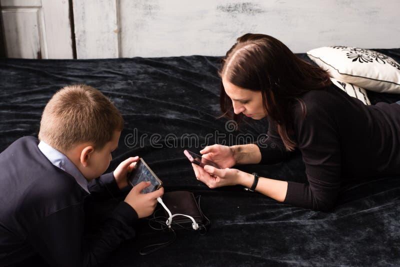 Концепция современной наркомании интернета к smartphones и устройствам стоковое фото