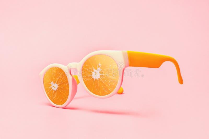 Концепция солнечных очков пляжа на розовой бумажной предпосылке стоковая фотография rf