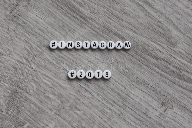 Концепция социальной сети instagram в форме отдельных циркулярных писем алфавита на деревянной предпосылке Insc стоковые фотографии rf