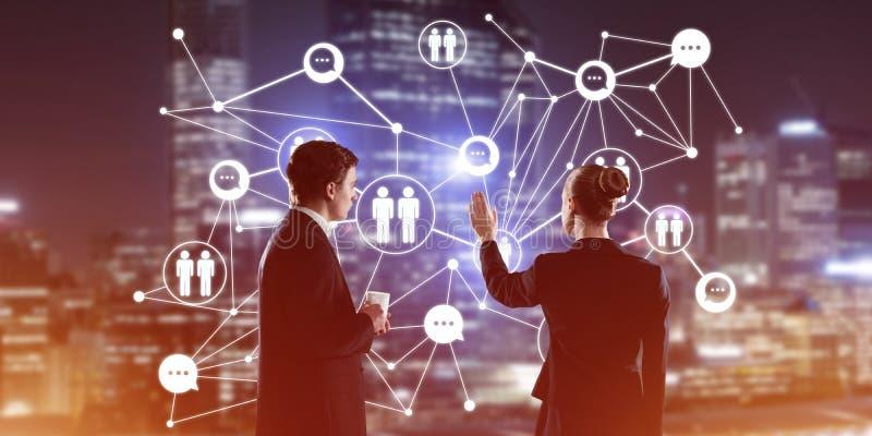 Концепция социальных соединения и сети против вида на город ночи и партнеры работая в сотрудничестве иллюстрация вектора