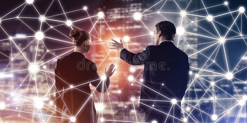 Концепция социальных соединения и сети против вида на город ночи и партнеры работая в сотрудничестве стоковые фото