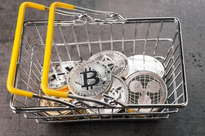 Концепция списка покупок Cryptocurrency, различная серебряных и золотых физических цифровых секретных монеток денег в корзине для стоковые фото