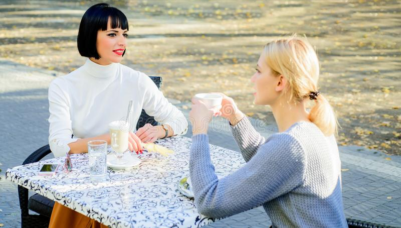 Концепция сплетни счастливый обед женское frienship Ослабьте с кофе обед bisiness красота моды лета E стоковое фото