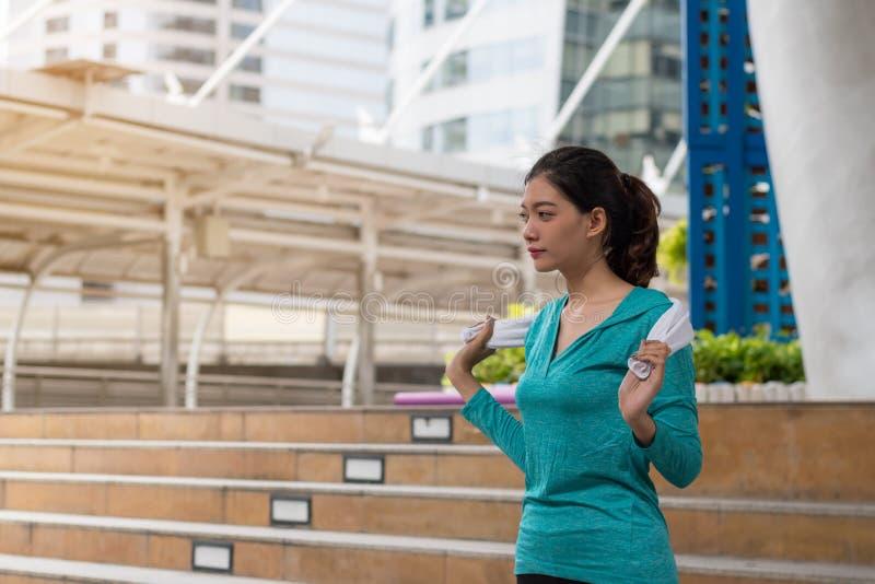 Концепция спорта йоги: концентрация молодых женщин в exercis здоровья стоковое фото rf