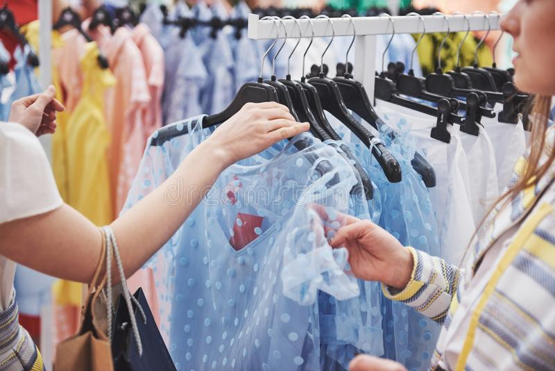 Концепция стиля магазина моды платья костюма магазина одежды стоковое фото rf