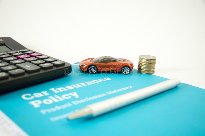 Концепция страхования автомобилей с политикой и формой страхования автомобилей, калькулятором, автомобилем игрушки, ручкой и моне стоковое изображение rf