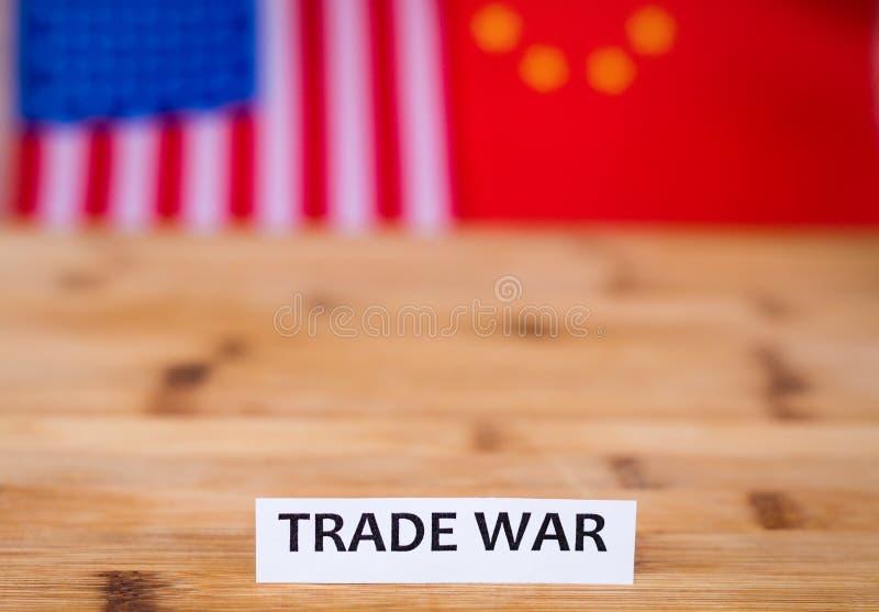 Концепция судоходного бизнеса торговой войны с США и флаг Китая в предпосылке стоковые изображения rf