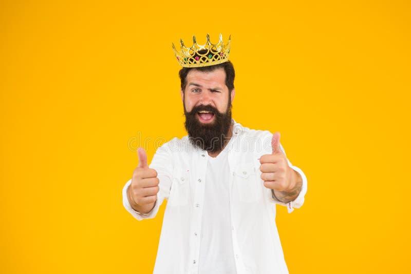 Концепция суперзвезды Бородатая партия костюма короля человека Чувство важности собственной личности Красивый бородатый король па стоковая фотография rf