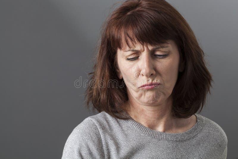 Концепция судьи умственная для несчастной женщины 50s стоковая фотография rf