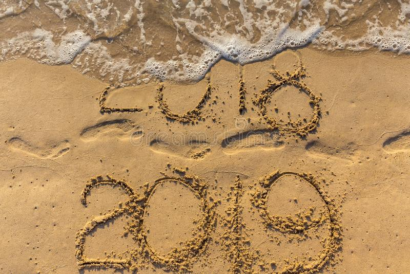 Концепция счастливого Нового Года 2019 приходящ и выходящ год 2018 стоковые изображения