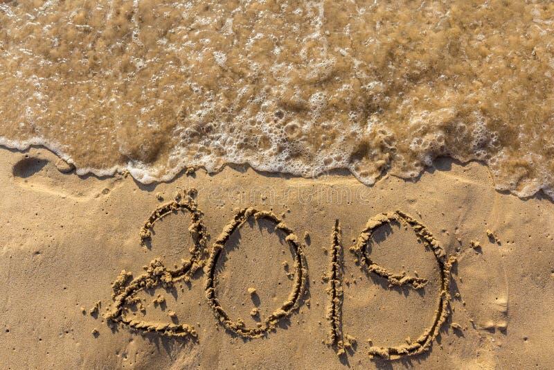 Концепция счастливого Нового Года 2019 приходящ и выходящ год 2018 стоковые изображения rf