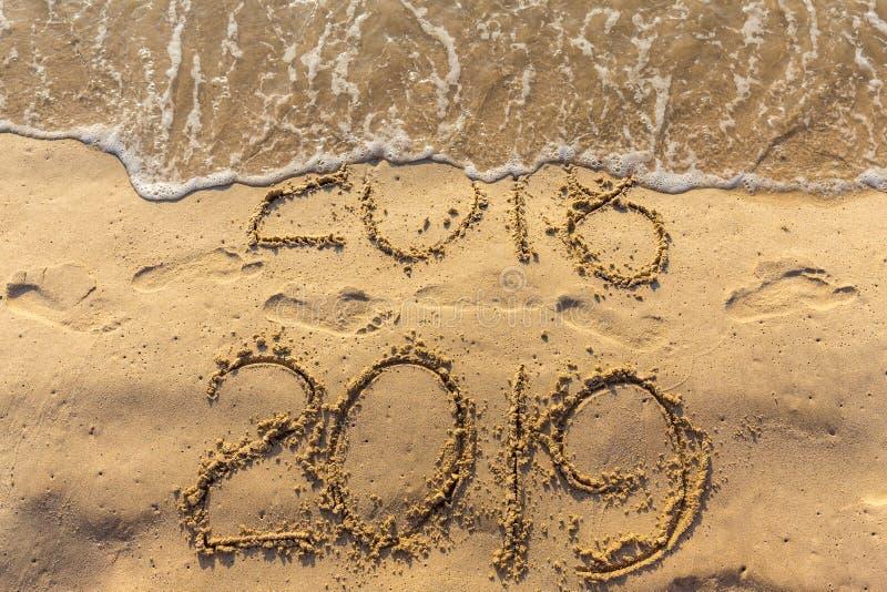 Концепция счастливого Нового Года 2019 приходящ и выходящ год 2018 стоковое фото