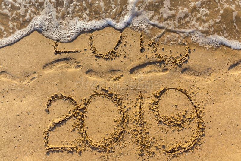 Концепция счастливого Нового Года 2019 приходящ и выходящ год 2018 стоковая фотография