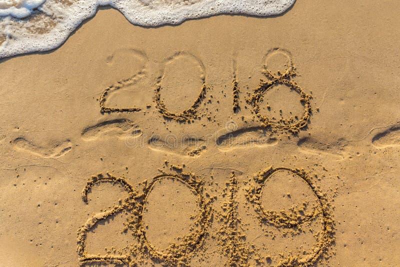 Концепция счастливого Нового Года 2019 приходящ и выходящ год 2018 стоковые фотографии rf