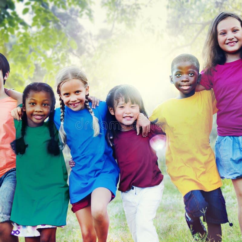 Концепция счастья единения приятельства детей усмехаясь стоковая фотография