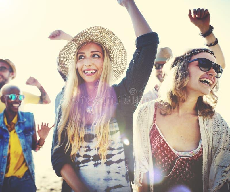 Концепция счастья партии пляжа друзей подростков стоковое фото rf
