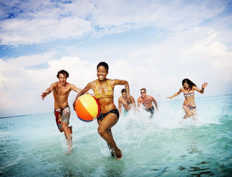 Концепция счастья друзей океана моря пляжа шарика солнечная стоковое изображение