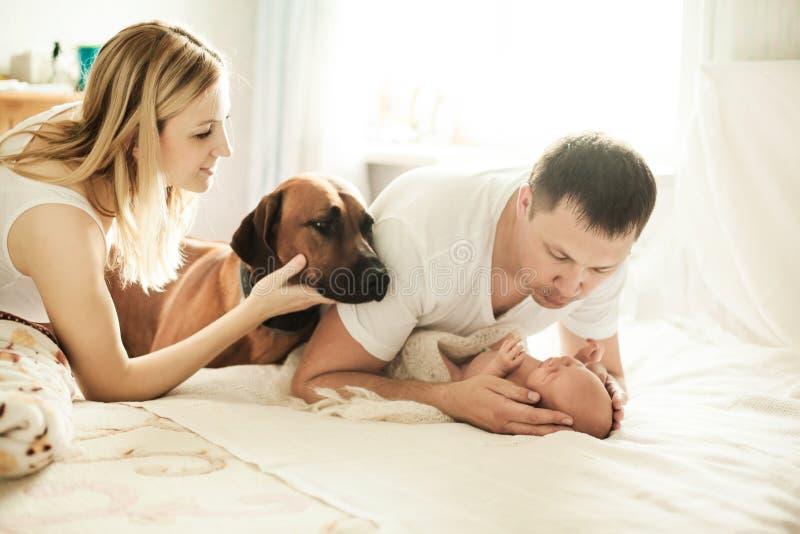 Концепция счастья семьи - портрета счастливых родителей с d стоковые изображения rf