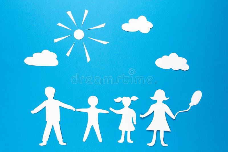 Концепция счастья, сработанности и процветания семьи Бумажная семья origami стоковые изображения rf