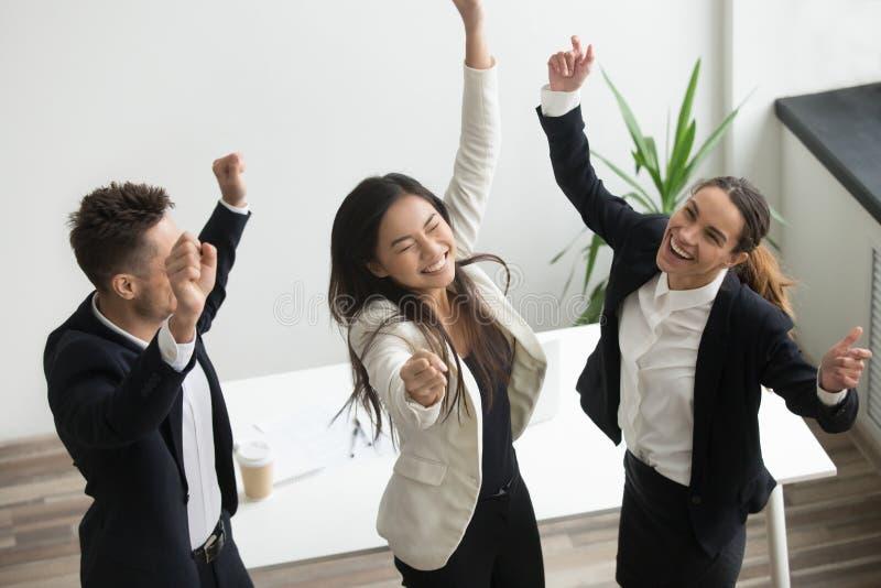 Концепция танца победы, excited разнообразные сотрудники празднуя шину стоковые изображения