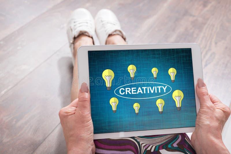 Концепция творческих способностей на таблетке стоковые изображения