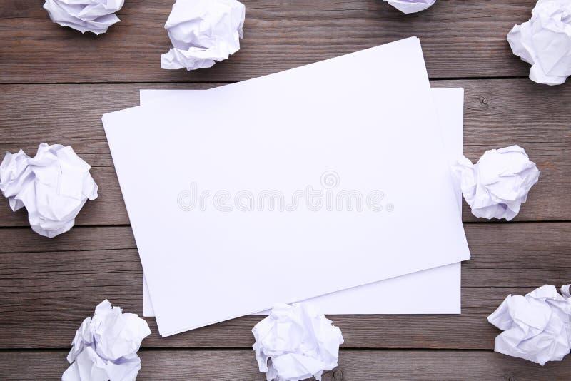 Концепция творческих способностей, скомканная бумага и чистый лист, плоское положение стоковое изображение rf