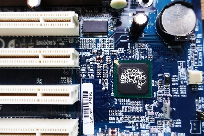 Концепция технологии искусственного интеллекта с нервной системой от шестерней в форме человеческого мозга, mainboard компьютера  стоковое изображение rf