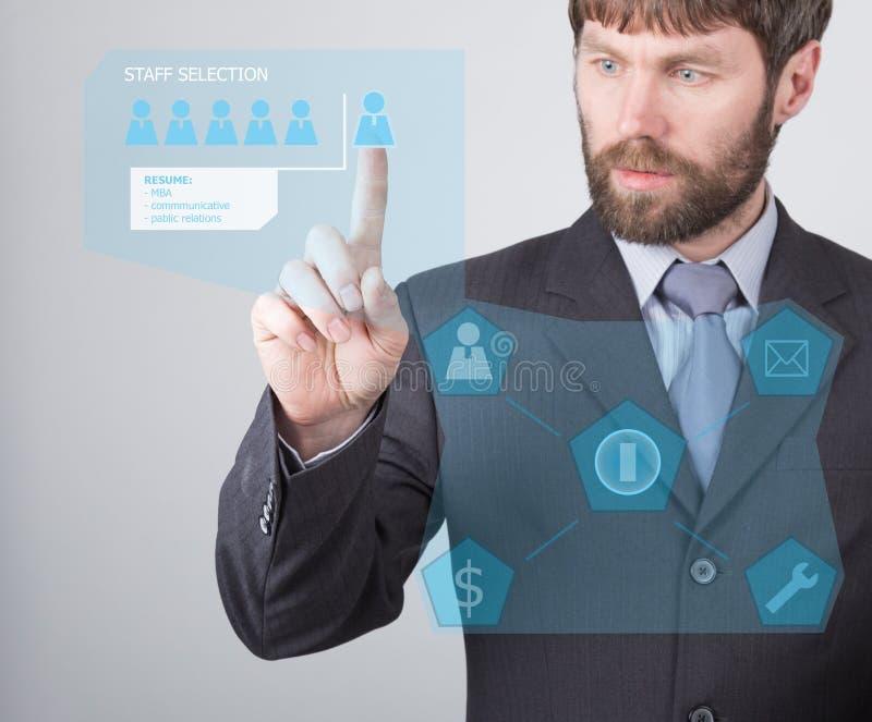 Концепция технологии, интернета и сети - бизнесмен читая сводку работника заявителя на виртуальных экранах стоковые фотографии rf
