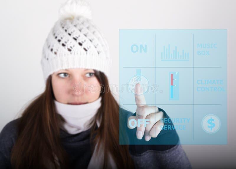 Концепция технологии, интернета и сети - женщина отжимая кнопку силы на виртуальном дисплее стоковые фотографии rf