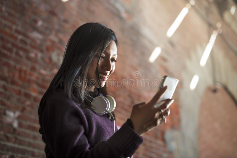 Концепция технологии соединения женщин телефона стоковые изображения rf