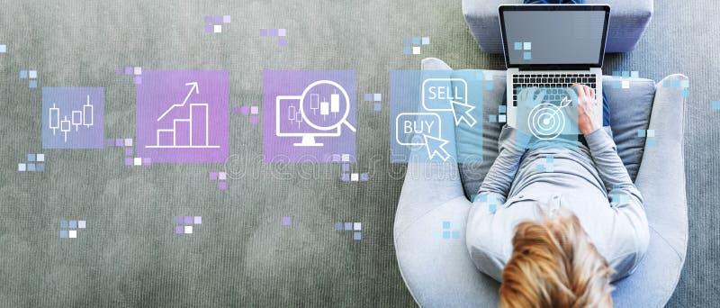 Концепция торговли акциями с человеком используя ноутбук стоковое изображение rf