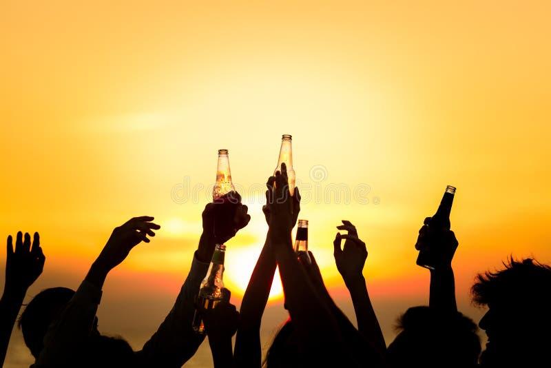 Концепция торжества здравицы пить партии пляжа друзей стоковая фотография